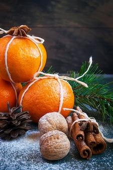 Новогодняя композиция с мандаринами, корицей и грецкими орехами. уютные елочные игрушки