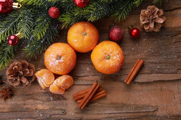 木製のテーブルの上にみかんとクリスマスの構成