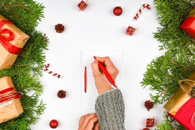 Новогодняя композиция с различными предметами для письма. студия выстрелил над рождественским пространством. макет с пустыми листьями. место для письма. вид сверху. на синем пространстве.