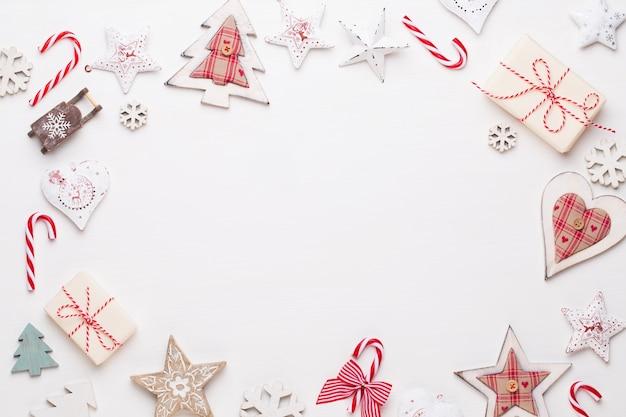 クリスマスの作文。木製の装飾、白い背景の上の星。