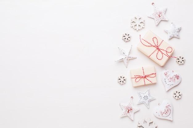 Новогодняя композиция. деревянные украшения, звезды на белом фоне.