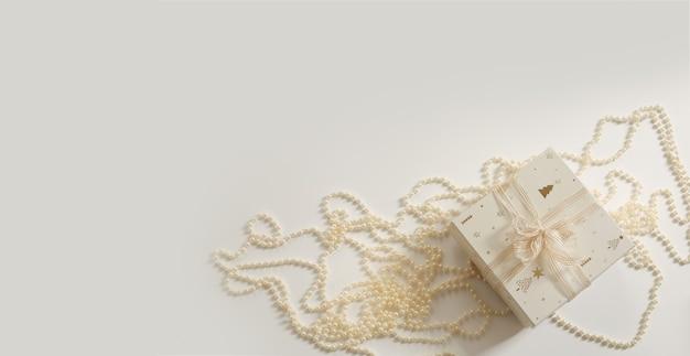 Новогодняя композиция. рождественский фон. рождественский подарок и гирлянда на белом фоне. свободное место для текста, копировальное пространство. плоская планировка, вид сверху.