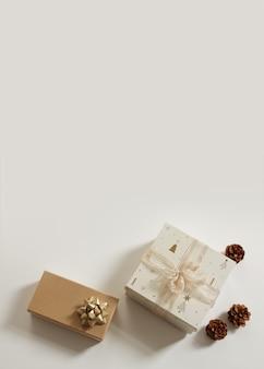 Новогодняя композиция. рождественский фон. рождественский подарок, сосновые шишки на белом фоне. свободное место для текста, копировальное пространство. плоская планировка, вид сверху