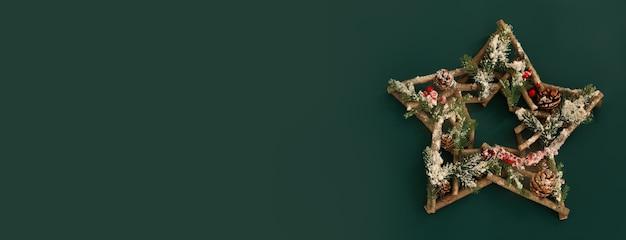 Новогодняя композиция. рождественский фон. элемент декора на зеленом фоне. свободное место для текста, копировальное пространство. плоская планировка, вид сверху