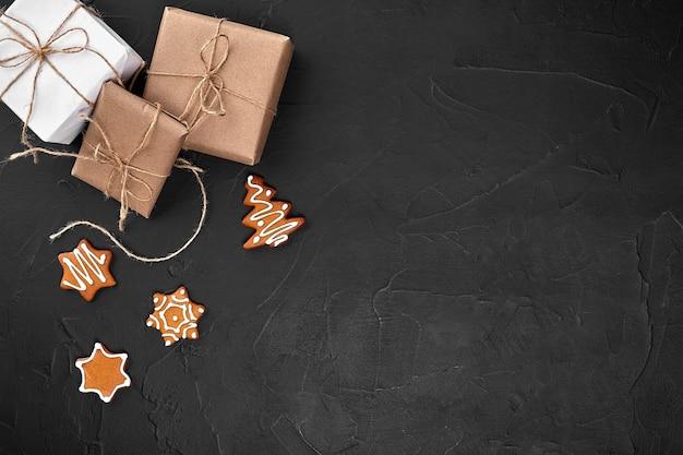 Рождественская композиция рождественское печенье подарки праздничное украшение на черном фоне плоская планировка вид сверху с ...