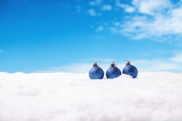 クリスマスのコンセプト。クリスマスの装飾、雪の上の松の空、空の背景。ソフトフォーカス、ゆっくりと光。(選択焦点)。