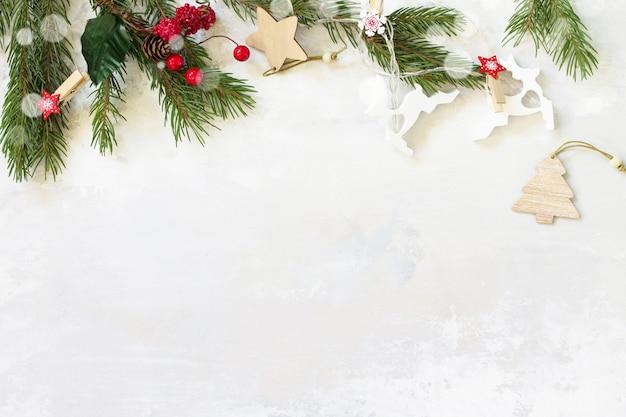 クリスマスのコンセプトフラットレイ背景。ヘリンボーンと装飾が施されたクリスマスの背景。テキスト用の空き容量。