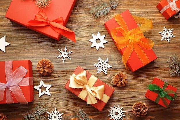 Рождественское понятие. подарочные коробки и украшения на деревянных фоне