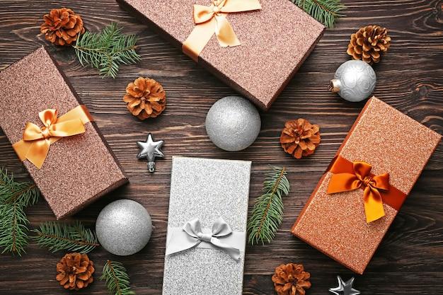 Рождественское понятие. подарочные коробки и украшения на деревянном столе