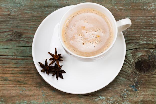 クリスマスのコンセプト、木製の背景にスパイスとホットチョコレートまたはココア。