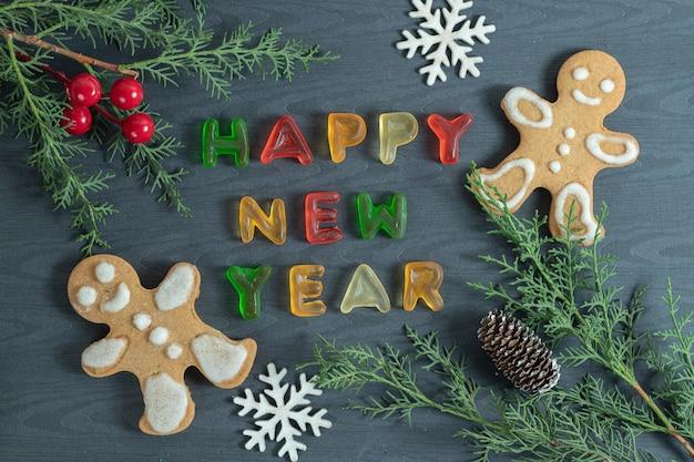 クリスマスのコンセプト。松の枝とゼリーとクッキー。 無料写真