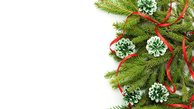 Рождественская концепция шишек и еловых веток.