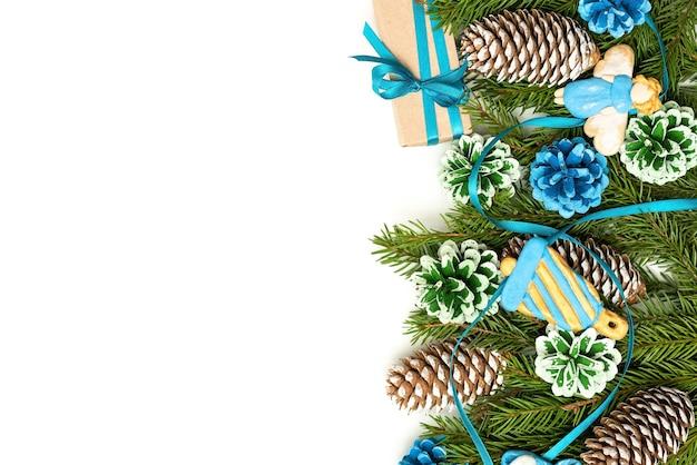 モミの枝と円錐形で作られた装飾のクリスマスのコンセプト。