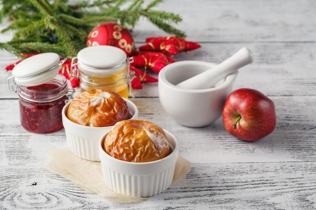 Рождественская концепция домашней печеных печеных яблок, специй, орехов, минусов и украшений на деревянный стол с копией пространства