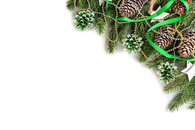 Рождественская концепция еловых зеленых веток с игрушками