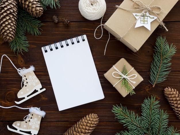 Рождественская концепция на деревянном столе с копией пространства