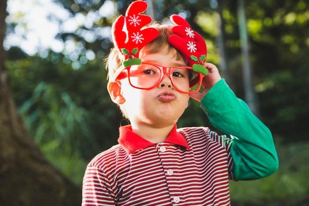 自然の少年とクリスマスのコンセプト