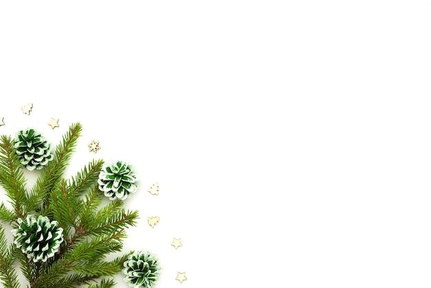 Рождественская концепция с еловыми ветками с шишками и игрушками.