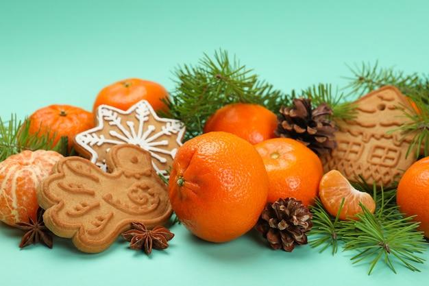 ミントの背景にみかんとクリスマスのコンセプト