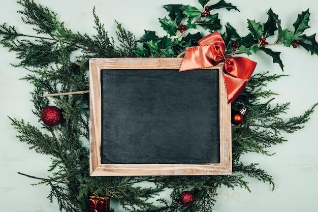 Рождественская концепция с шифера на рождественские листья