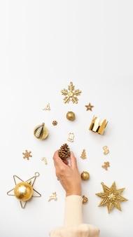 Рождественская концепция. женщина рука украшения золотого цвета рождественские предметы в елке на столе