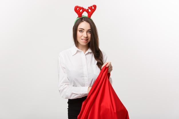 크리스마스 컨셉-젊은 아름 다운 비즈니스 여자 산타 가방에 현재와 흥분.