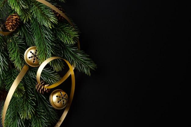 Рождественские концептуальные фон с шарами и еловыми ветками на темноте. вид сверху
