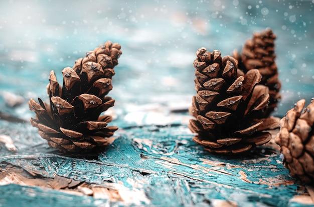 Рождественские шишки на зеленой деревянной поверхности. выборочный фокус
