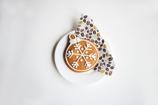 白い表面に分離されたクリスマスクッキージンジャーブレッド、絶対的な冬のミニマリズム