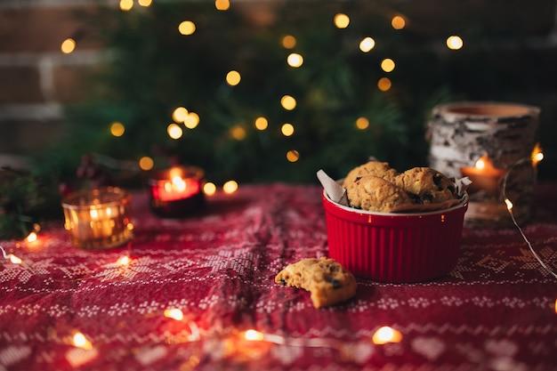 크리스마스 쿠키와 촛불, 크리스마스 트리와 조명. 고품질 사진