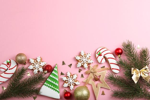 Рождественское печенье и рождественские аксессуары вид сверху