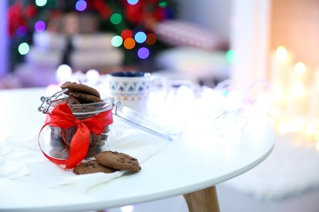 自宅のテーブルにクリスマスクッキーとお茶