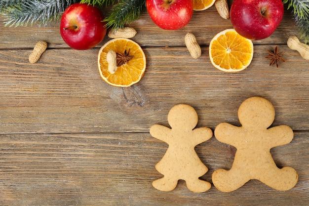 木製のテーブルの上のクリスマスのクッキーとフルーツ
