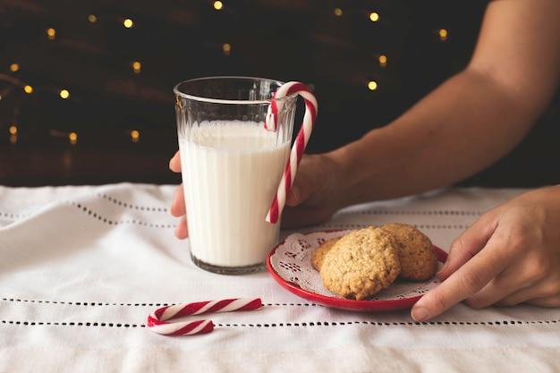 サンタのクリスマスクッキーと牛乳