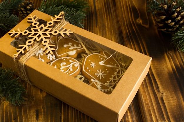 Рождественское печенье в коробке на деревянном фоне