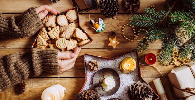 木製の背景にクリスマスクッキー。長いバナー