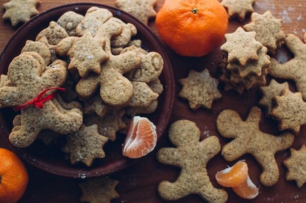 Рождественское печенье на деревянном фоне