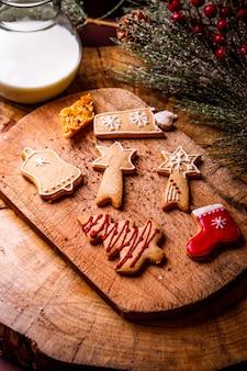 나무 보드에 크리스마스 쿠키