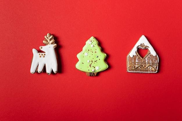 Рождественское печенье на красном фоне