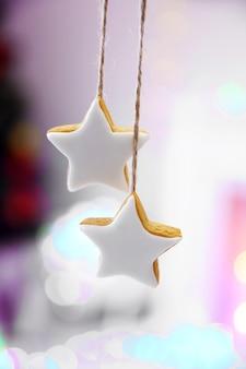 Рождественское печенье на блестящей абстрактной поверхности