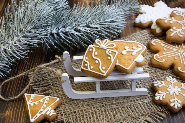 素朴な木製の背景のそりのクリスマスクッキー