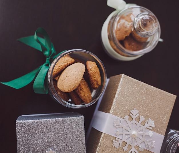贈り物とテーブルの上のクリスマスクッキー