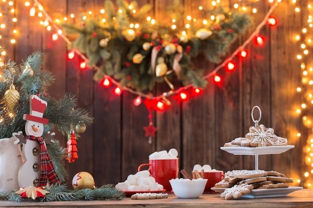 キッチンの木製テーブルの上のクリスマスのクッキー