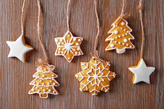 木製のテーブルの上のクリスマスクッキー