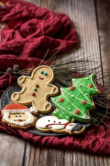 나무 테이블에 크리스마스 쿠키