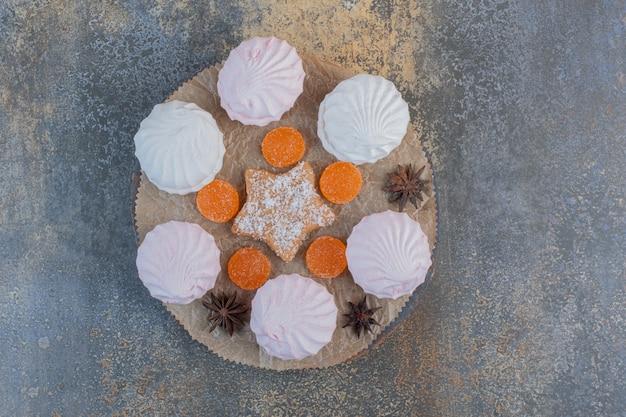 Рождественское печенье с конфетами и звездчатым анисом. фото высокого качества