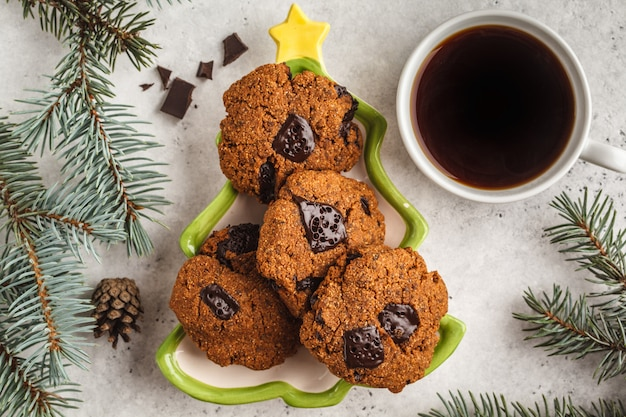 白い背景に、平面図上のチョコレートのクリスマスクッキー。クリスマス背景コンセプト。