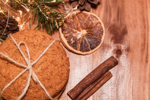 木製の自家製塩キャラメルとクリスマスクッキー