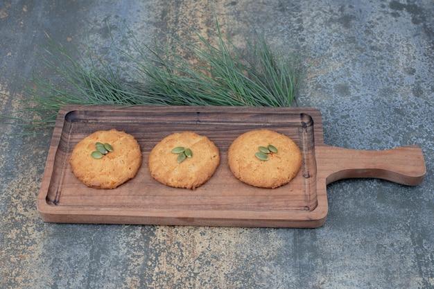 木の板にカボチャの種とクリスマスクッキー。高品質の写真