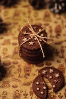 별을 가진 크리스마스 쿠키입니다. 문자열이있는 쿠키 스택.